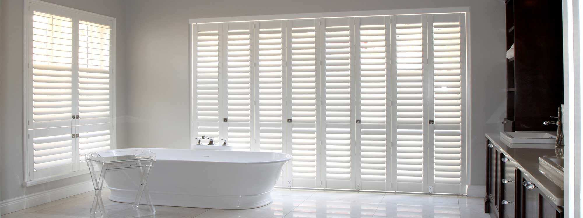 Decowood-shutters-bathroom-white-interior-