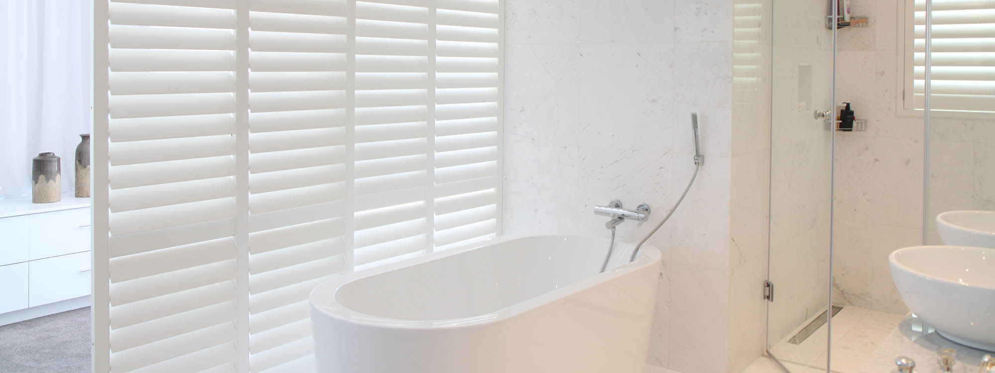 Woodburg-shutters-bathroom-white-finishes